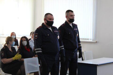 Новосибирских инспекторов ГИБДД наградили за спасение людей при пожаре
