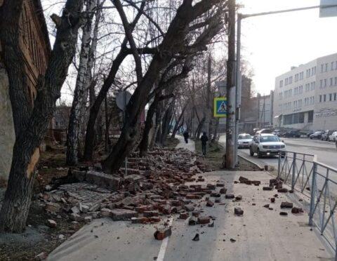 В Новосибирске упал забор психбольницы