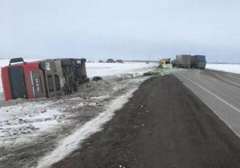 На Ордынском шоссе под Новосибирском столкнулись легковая и грузовик