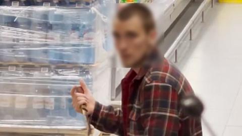 Мужчина разбил витрину в новосибирском супермаркете и просил посетителей его убить