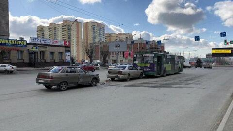 Тройное ДТП с пострадавшими произошло в Новосибирске.
