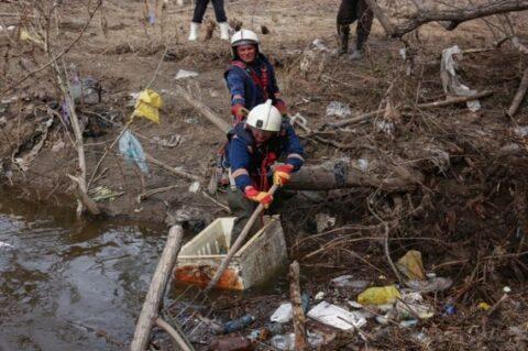 Спасатели Новосибирска ликвидировали заторы на реках, которые могли стать причиной потопа на дачах
