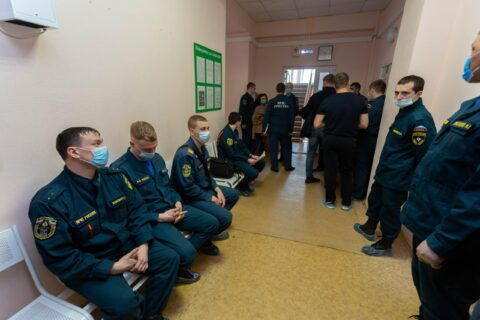 Сотрудников МЧС привили от коронавируса в Новосибирске