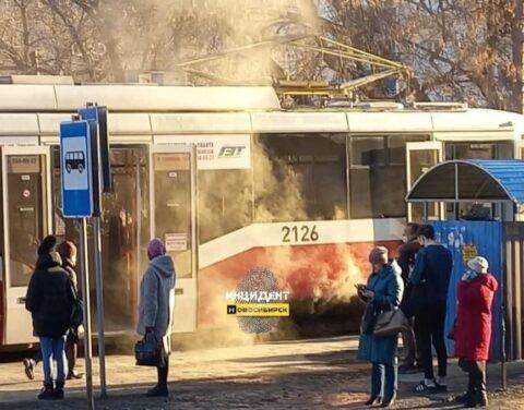 На улице Котовского в Новосибирске загорелся трамвай