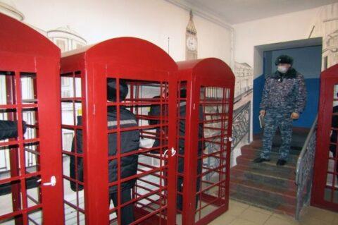 В колонии под Новосибирском появились лондонские телефонные будки