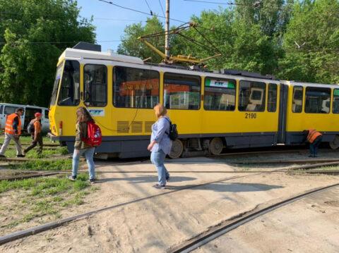 В Новосибирске с рельсов сошел трамвай