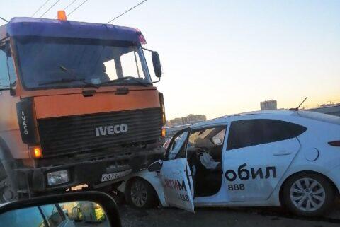 На Октябрьском мосту Новосибирска такси влетело под грузовик