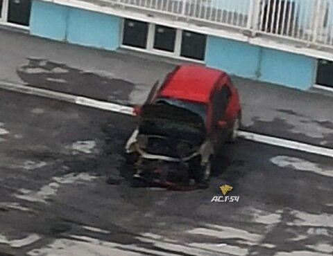 В Октябрьском районе Новосибирска сгорел Hyundai Getz