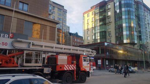 В 16-этажном офисном здании в Новосибирске произошло короткое замыкание