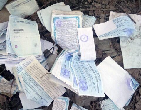Медицинские полисы нашли в лесополосе в Новосибирске