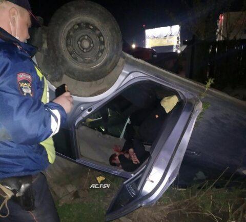 В Новосибирске пьяный водитель вылетел с трассы