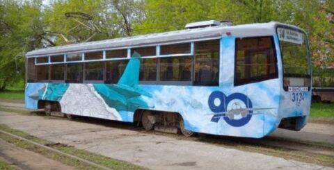 В Новосибирске появился трамвай с нарисованным истребителем.