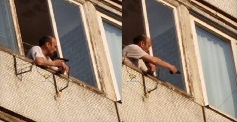 В Новосибирске мужчина с балкона угрожал пистолетам детям на велосипедах