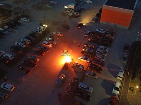 Автомобиль Chrysler загорелся в Новосибирске