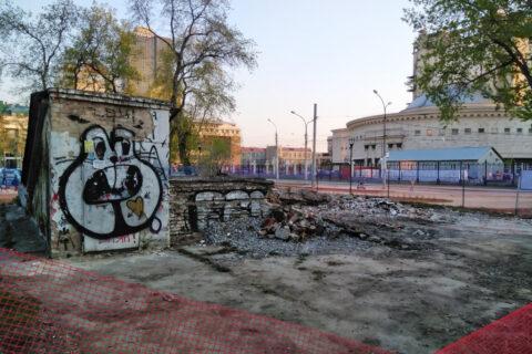 В сквере за оперным театром в Новосибирске сносят туалет
