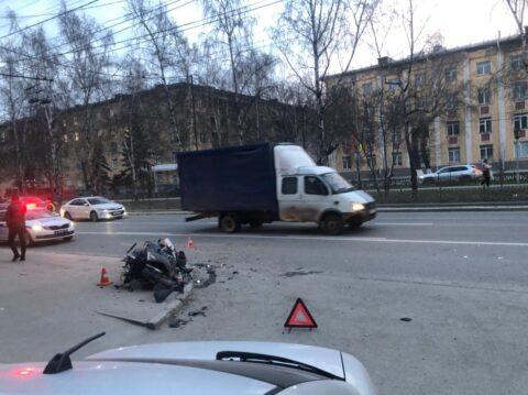 На Красном проспекте в Новосибирске автомобиль сбил мотоциклиста