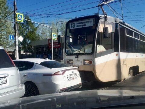 Новосибирский трамвай №13 протаранил автомобиль
