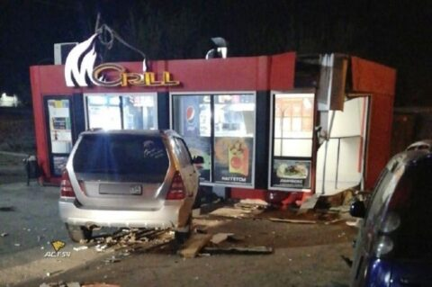 В киоск фастфуда врезался водитель автомобиля Nissan в Новосибирске