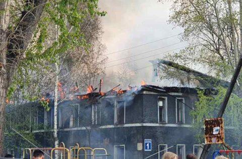 В Ленинском района Новосибирска загорелся заброшенный барак