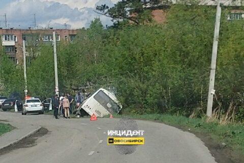 Под Новосибирском опрокинулся автобус