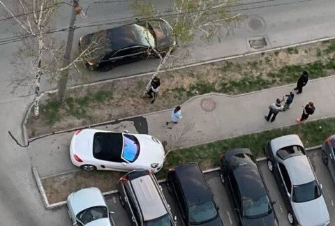 Porsche Boxster в Новосибирске перелетел через тротуар и врезался в стоящий автомобиль.