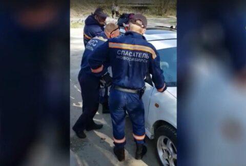 Новосибирске из запертой машины спасли годовалого ребенка.