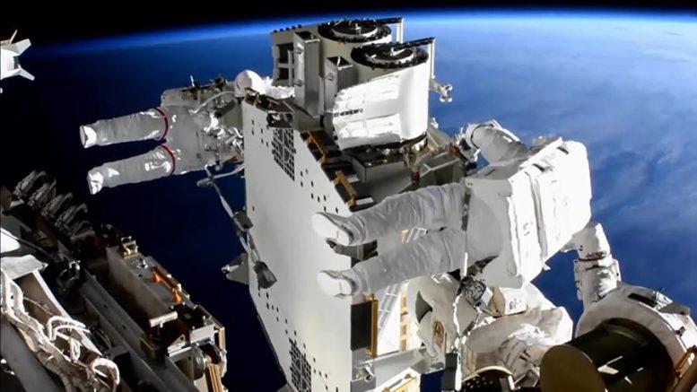 Астронавты МКС завершили установку первой развернутой солнечной батареи