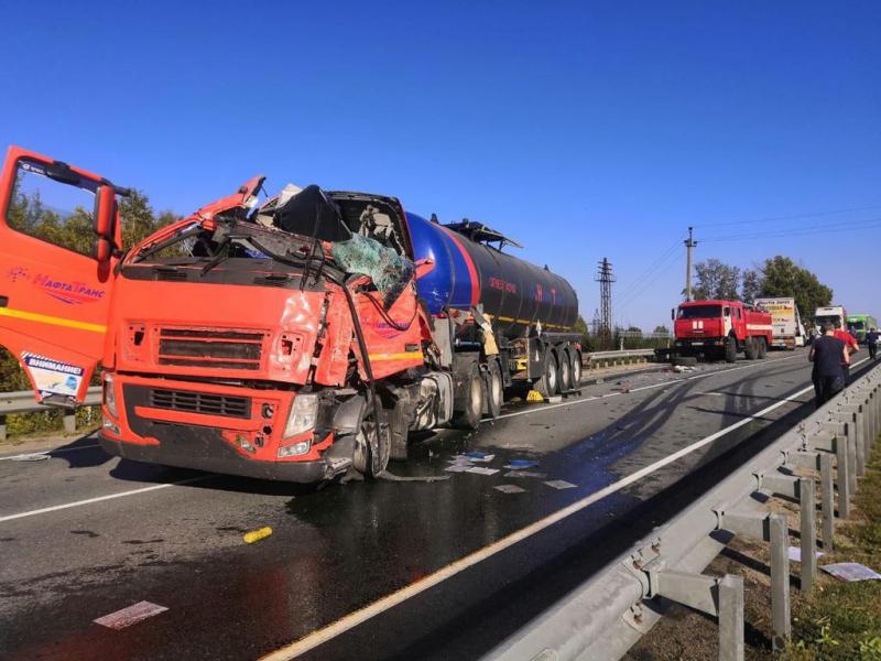 """24-летний водитель грузовика Volvo погиб в ДТП на трассе Р-255 """"Сибирь"""""""